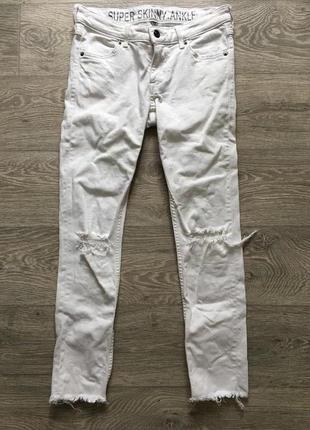 Белые джинсы скинни divided h&m с дырками разрезами на коленях