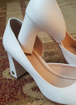 Кожаные свадебные открытые туфли.