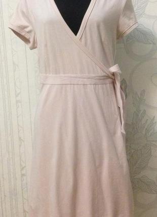 Модное платье на запах пудровое миди