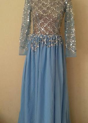Нарядное длинное платье с украшением
