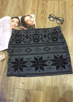 Мини юбка-резинка чёрная с орнаментом