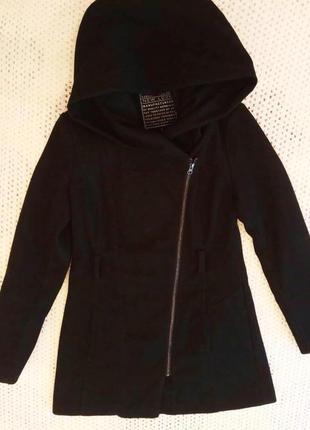 Женское стильное демисезонное пальто с капюшоном и косой молнией