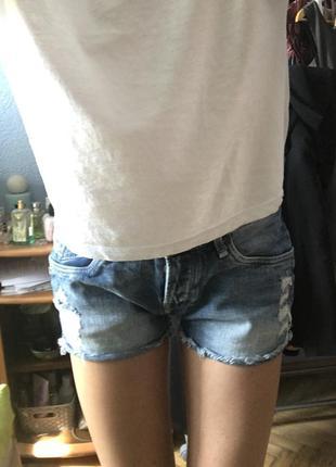 Джинсовые короткие рваные шорты