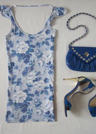 Удлиненная голубая майка по фигуре принт цветы воланы рюши на плечах