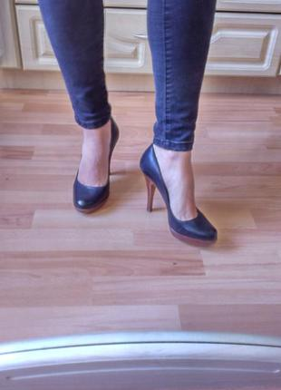 Кожаные туфли на каблуку