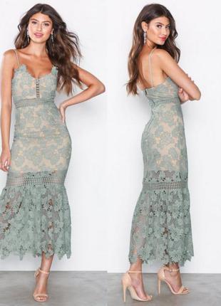 Красивое кружевное платье длиной  до щиколотки