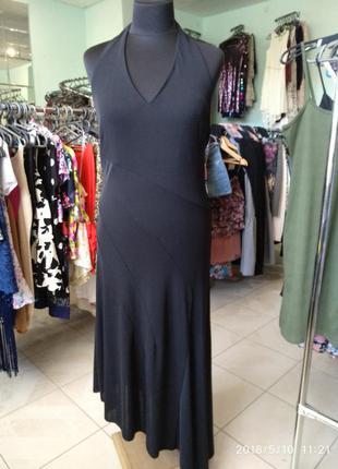 Чорное платье с открытой спиной