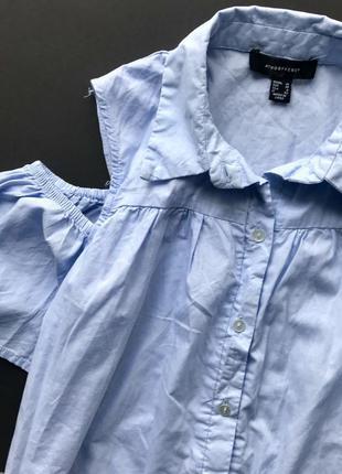 Свободное голубое платья рубашка с открытыми плечами2