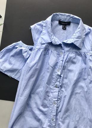 Свободное голубое платья рубашка с открытыми плечами4