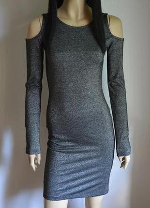 Блестящее платье с вырезами на плечах