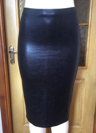 Черная красивая юбка миди по фигуре