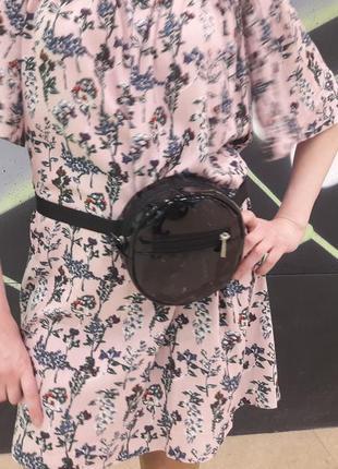 Круглая лаковая бананка эксклюзив женская сумка на пояс