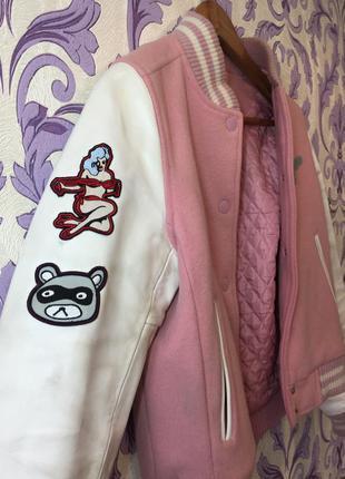Суперский розовый бомбер с кожаными белыми рукавами