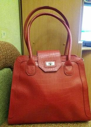 Красная красивая  сумка от орифлейм.