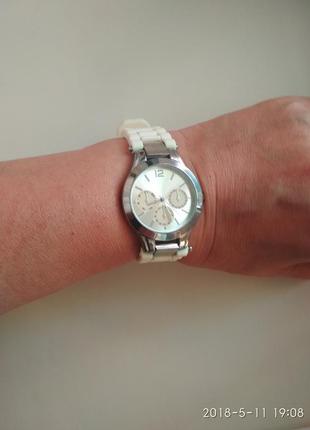 Стильные, фирменные часы yves rocher   в подарок 2 ремешка