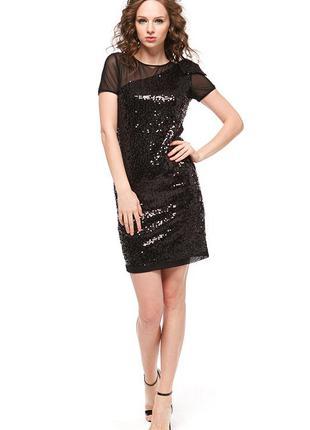 Изящное платье с пайетками никогда не выйдет из моды.