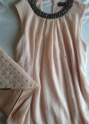 Блузка пудрового цвета с украшением