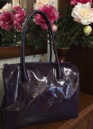 Фиолетовая объемная лаковая сумка бочонок