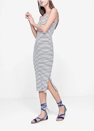 Полосатое платье сарафан длины миди в черно-белую полоску с разрезами
