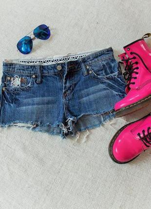 Короткие джинсовые шорты ажурные вставки от hint