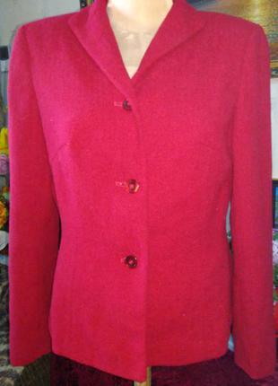 Малиновый теплый пиджак