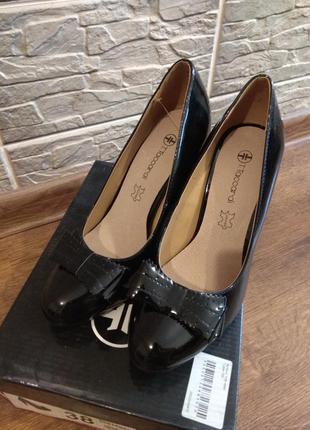 Лаковые черные туфли на высоком каблуке