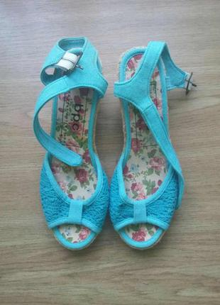 Голубые матерчатые босоножки