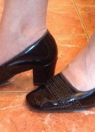 Черные лаковые женские туфли