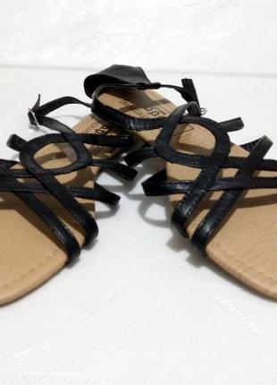 Босоножки , сандалии на низком ходу  bonprix