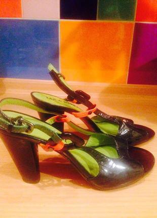 Черные лаковые босоножки (италия) на устойчивом среднем каблуке