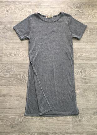 Стильная серая футболка в рубчик с разрезами по бокам