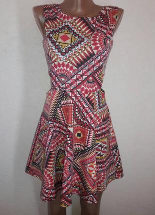 Яркое летнее платье с вырезами