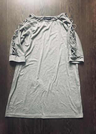 Платье футболка с переплетами на рукавах