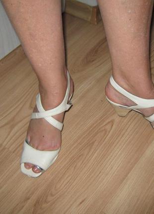 Белые босоножки с серебряной вставкой