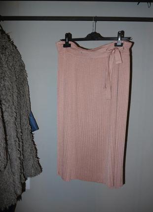 Красивая пудрово розовая юбка с бантом на поясе плиссированная миди вязанная