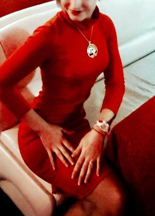 Красное платье под горло