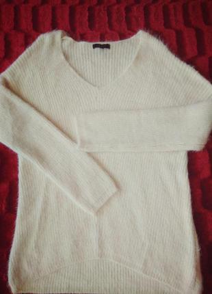 Пушистый свитер молочного цвета