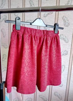Яркая красная юбка с выбитым узором