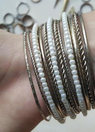 Набор браслетов золотой серебряный с искусственым жемчуг много тонкие браслеты с резьбой