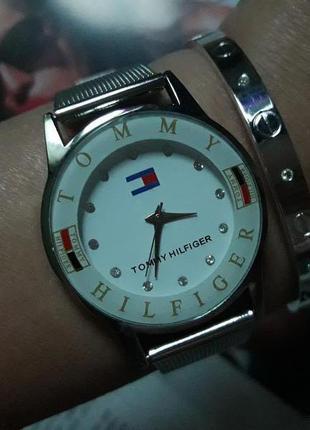 Модные часы на металлическом ремешке.