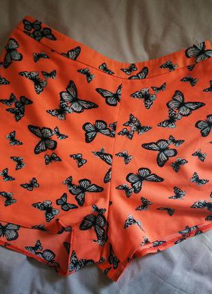 Шорты персикового цвета с бабочками