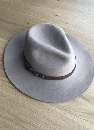 Осенняя фетровая шляпа
