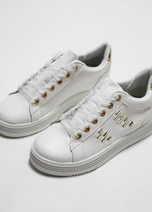 Белые женские кеды (кроссовки, крипперы) с золотистыми вставками из эко-кожи