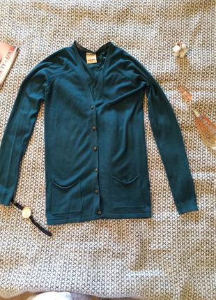 Пуловер изумрудного цвета с b-образным вырезом