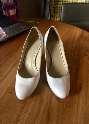Кожаные туфли на каблуке braska 39