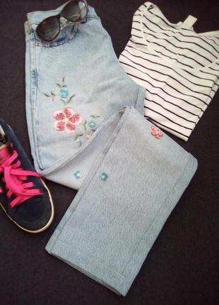Светло- голубые джинсы с вышивкой