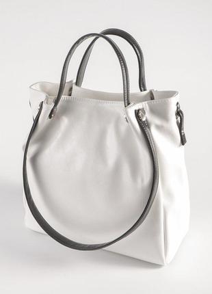 Белая летняя сумка шоппер с черными ручками на плечо