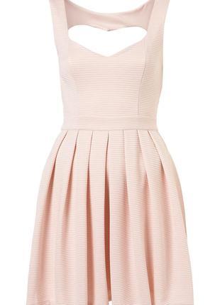 Сукня з вирізом