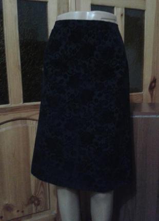 Красивая жаккардовая черная юбка с двумя накладными кармашками.размер 10