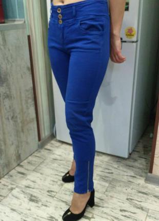 Синие джинсы джеггинсы